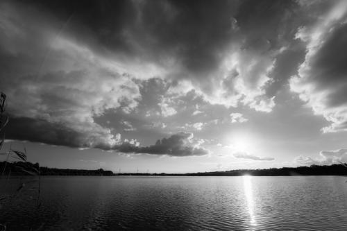 Donderwolken en water